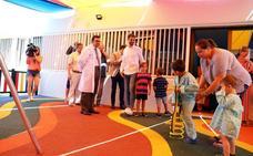 Calderón inaugura el nuevo parque infantil del hospital comarcal
