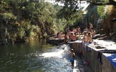 Una denuncia de Confederación deja sin agua a la piscina de Las Mestas