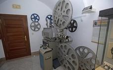 La Diputación de Cáceres exhibe un proyector de cine de 1975