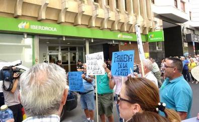 Protesta frente a la sede de Iberdrola en Cáceres para pedir agua de Valdecañas