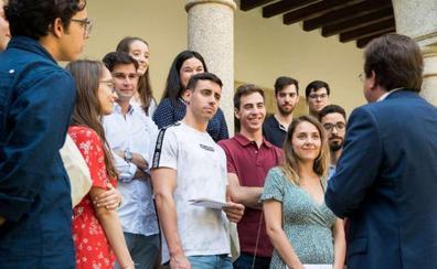 Vara recibe a los jóvenes becados por la Junta para viajar por la UE