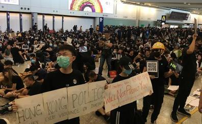 Los manifestantes de Hong Kong ocupan el aeropuerto para llevar las protestas hasta los turistas