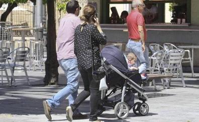 Extremadura paga 2.751 prestaciones por maternidad en el primer semestre del año