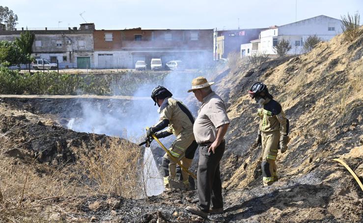 Los bomberos de Badajoz apagan un incendio en la barriada de Tulio