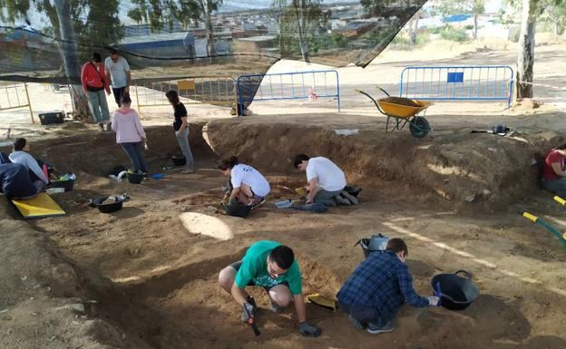 Voluntarios trabajan en el cementerio de Aceuchal/HOY