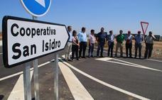 El vial de acceso a la cooperativa San Isidro de Villanueva de la Serena queda abierto al tráfico