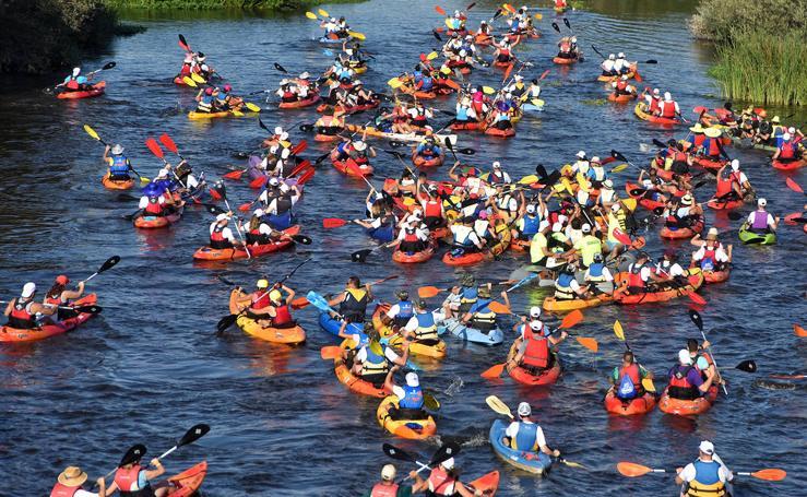 300 piraguas participan en el descenso del Alagón