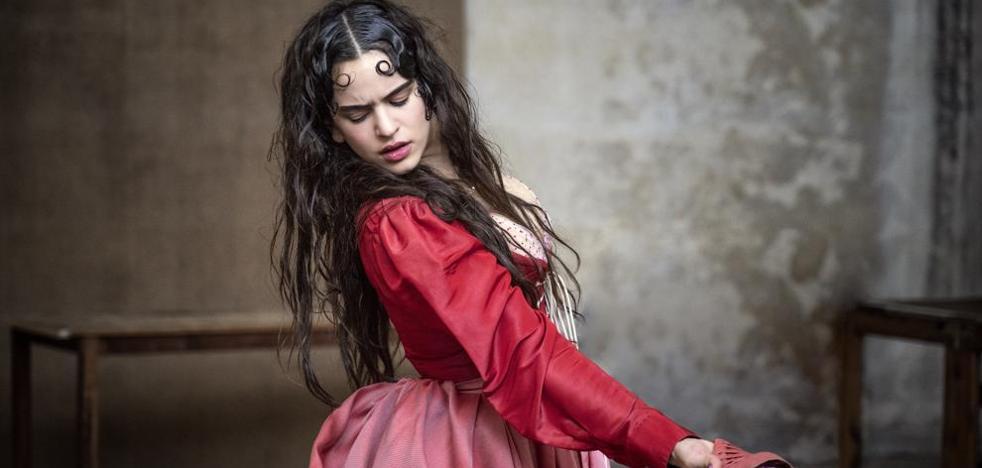 Pirelli convierte a Rosalía en chica de calendario