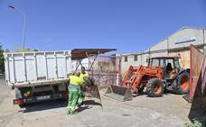El Ayuntamiento de Badajoz retira los escombros de la acera de Felipe Trigo