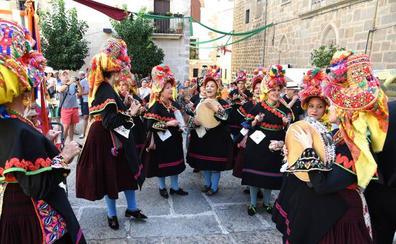 El Martes Mayor placentino se impone como la fiesta del color y la tradición