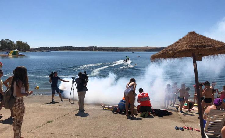Efectivos de emergencias actuando en el simulacro desarrollado en la playa de Orellana