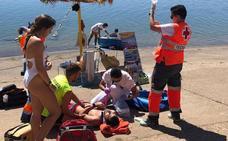 Efectivos de emergencias participan en un simulacro con fallecidos en la playa de Orellana