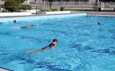 Las clases de natación reúnen a 100 participantes en Villanueva