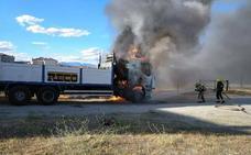 Un camión arde en la zona del recinto ferial de Talayuela