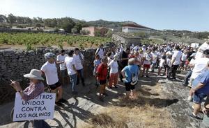 Cerca de un millar de personas protestan en Montánchez contra los molinos