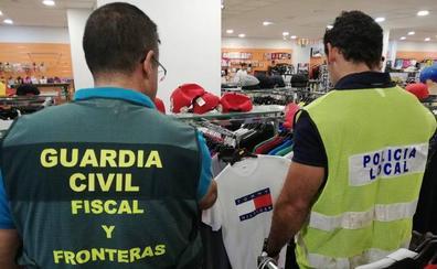 Intervienen 549 prendas de marcas falsificadas en una tienda del barrio pacense de San Roque