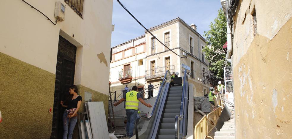 Instalada la escalera de Alzapiernas en Cáceres entre dudas sobre su funcionalidad