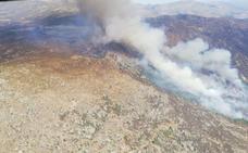 Un helicóptero de la base de Plasencia colabora en la extinción de un incendio en Ávila