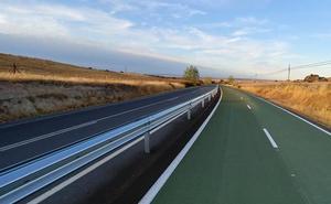 Colocada la protección que separa el carril bici de la carretera entre Casar de Cáceres y Arroyo