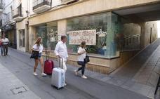 Los comerciantes de Obispo Galarza de Cáceres reclaman medidas contra los grafitis
