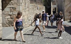 El turismo llena los hoteles y la Ciudad Monumental de Cáceres en el puente