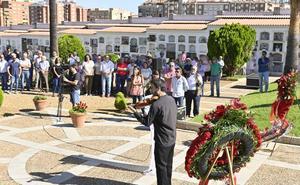 Cientos de personas homenajean a las víctimas de la matanza de Badajoz