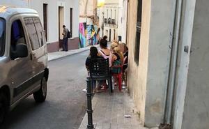 Los vecinos del centro de Badajoz denuncian calles cortadas con sillas, piscinas o barbacoas