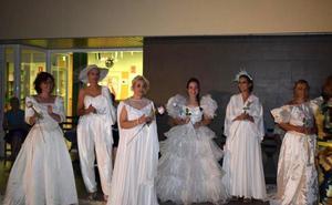 Cerca de 40 novias desfilan para los mayores en Logrosán