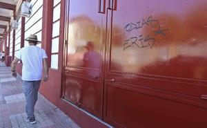 Pintadas en las puertas del Estadio Romano