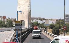 Los operarios empiezan a renovar la iluminación del Puente Lusitania