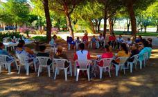 Un grupo de mujeres se reúne al aire libre para trabajar el refuerzo de la autoestima en Villanueva