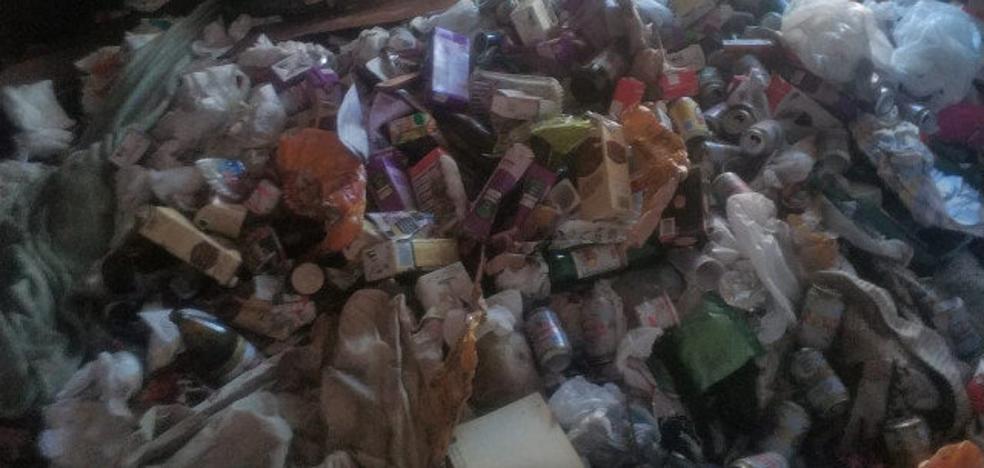 Retiran una tonelada y media de basura de la vivienda del bebé maltratado en Lugo