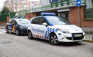 Un hombre muerde a un policía, araña a otro y clava a un tercero un tubo metálico