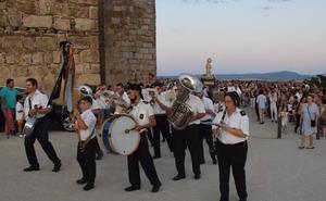 La Patrona de Trujillo baja, en procesión, a la iglesia de San Martín, arropada por decenas de devotos