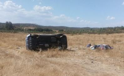Cuatro heridos, uno de ellos grave, en una salida de vía y posterior vuelco cerca de La Codosera