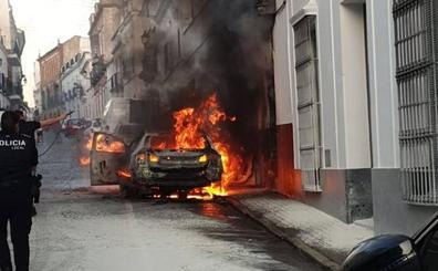 Arde un turismo en la calle Llerena de Fuente de Cantos