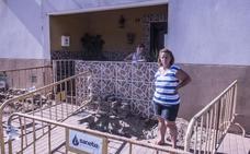 Una vecina del Cerro de Reyes pide una solución a las inundaciones de su casa