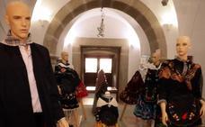 El Museo del Granito acoge una exposición de trajes regionales extremeños