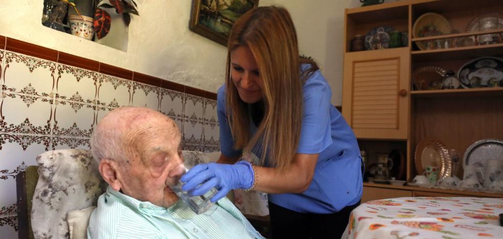 Extremadura cuatriplica el número de cuidadores para dependientes en un año