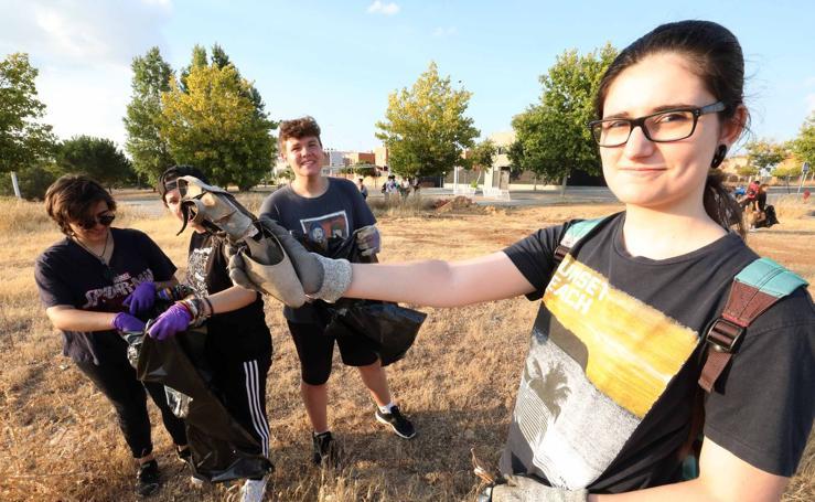 Una treintena de voluntarios recogen basura en el entorno de Los Salesianos