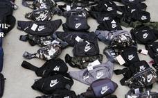 Investigado un vecino de Jaén tras intervenirle cerca de Mirabel 167 prendas falsificadas y armas