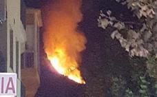 Los bomberos sofocan un incendio en la sierra de Guijo de Santa Bárbara