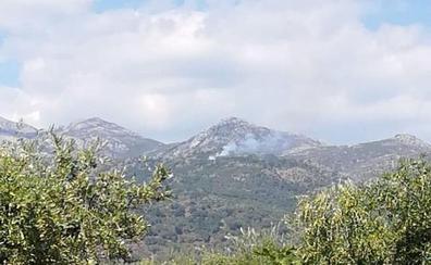 Los bomberos trabajan en un incendio forestal en Viandar de la Vera
