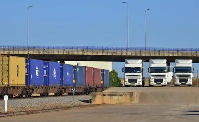 El primer tren de mercancías de Badajoz a Huelva saldrá en un mes