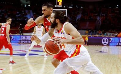 España reacciona con carácter en su debut