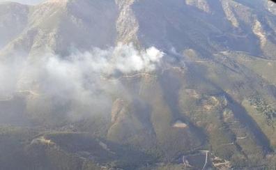 Medios aéreos trabajan en un incendio en una zona inaccesible de Hervás