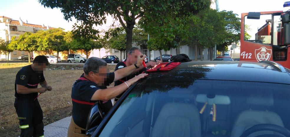 Los bomberos de Badajoz rescatan a dos niños encerrados en dos coches distintos en una mañana