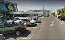 Agentes de la Policía Nacional socorren en Don Benito a un menor encerrado en un vehículo
