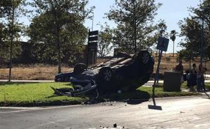 Aparatoso accidente en una glorieta de la carretera de Valverde de Badajoz