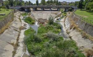 La limpieza de los arroyos de Badajoz está pendiente de que se firme el contrato de los parques del río